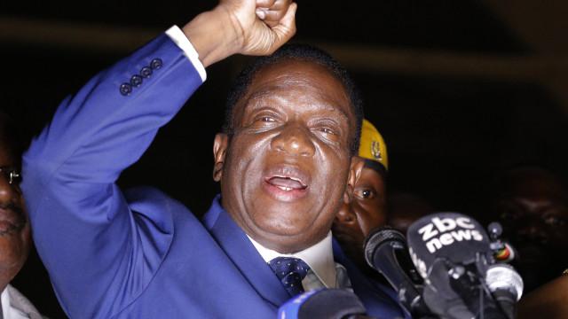 Mnangagwa presta juramento como presidente provisório do Zimbabué