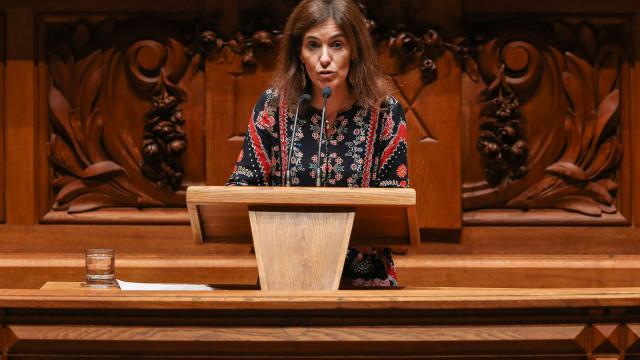 """CDS condena devoluções em """"suaves prestações"""" e impostos agravados já"""