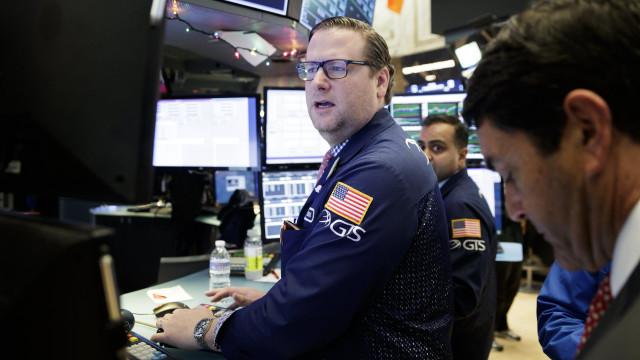 Wall Street termina em alta, de novo com três novos máximos de sempre