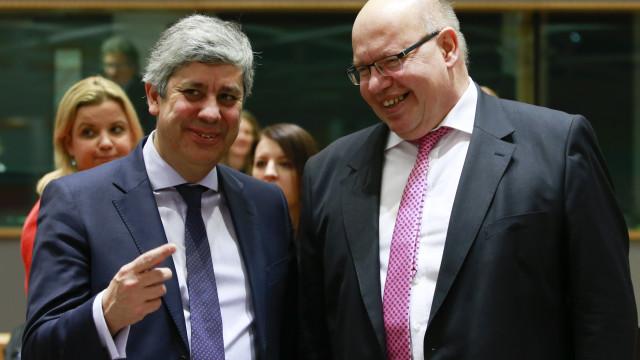 """Ministro alemão elogia Centeno mas garante seguir """"linha de Schäuble"""""""