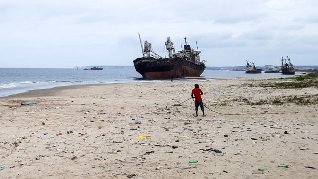 Bairro angolano vive entre a pesca e um cemitério de navios encalhados