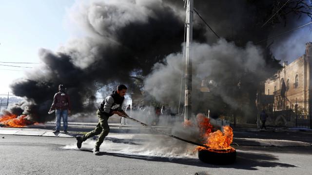 Dois palestinianos mortos durante manifestações na Cisjordânia