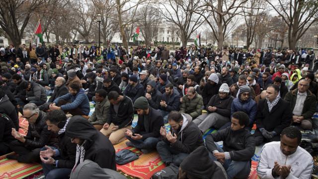 Muçulmanos nos EUA fazem orações de sexta-feira frente à Casa Branca
