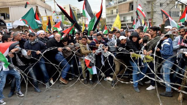 Lançado gás contra manifestantes em frente à embaixada dos EUA no Líbano