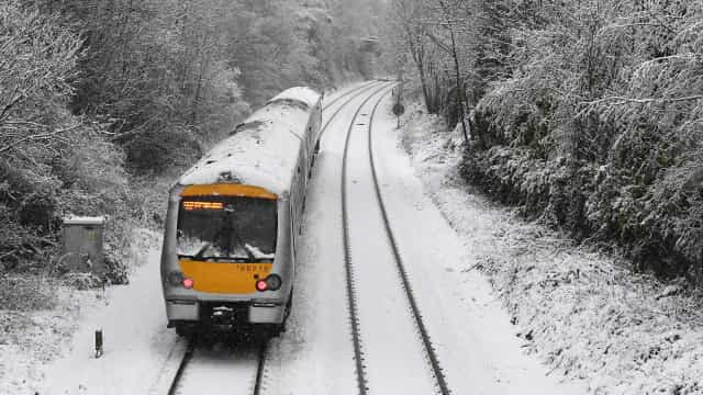 Cancelamento de voos em Inglaterra devido a nevões