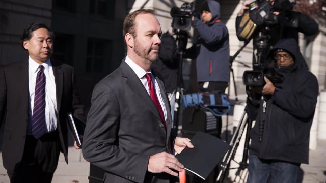 Ex-assessor de Trump em liberdade condicional depois pagar fiança 10 milhões USD