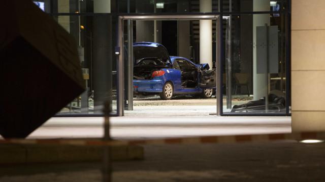 Homem lança viatura contra sede do SPD em Berlim