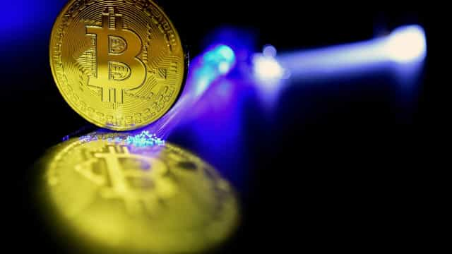 Jovens adultos do sexo masculino são quem mais investe em 'bitcoin'