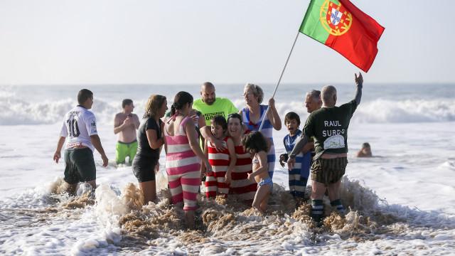 Dezenas cumprem tradição do 1.º banho do ano em Carcavelos