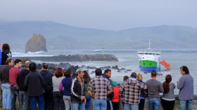 Navio encalhado nos Açores transportava 70 pessoas