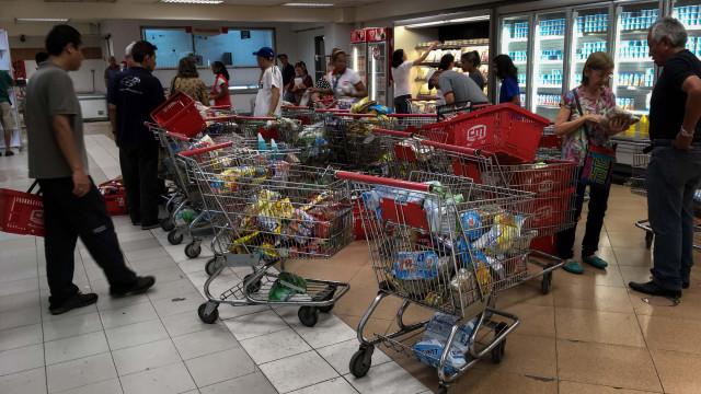 Suspensas fiscalizações a supermercados na Venezuela