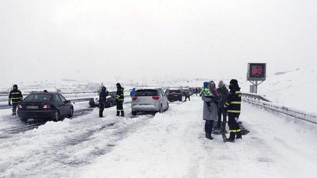 Neve gera caos nas estradas espanholas e obriga a improviso de abrigos