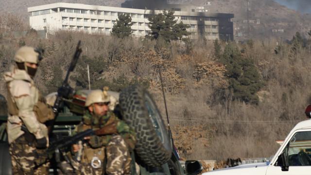 Pelo menos 12 civis morrem em explosão numa estrada do Afeganistão