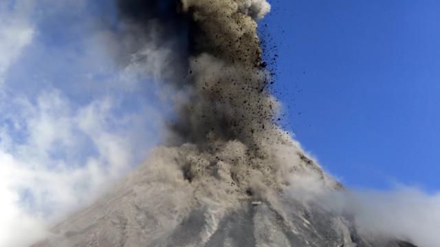 Vulcão nas Filipinas continua em erupção, 40 mil pessoas procuram abrigo