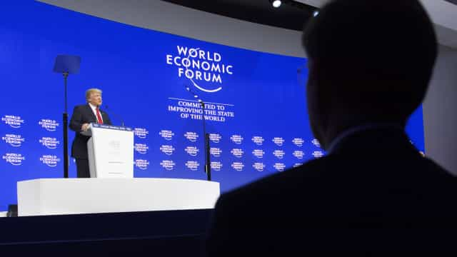 Trump apupado e assobiado em Davos após mais um ataque à imprensa