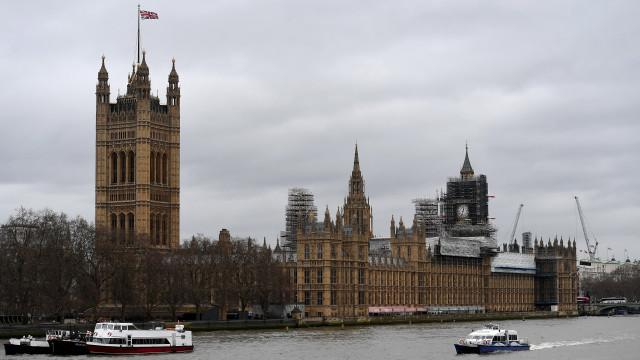 Deputados britânicos assinam moção contra dívidas ocultas
