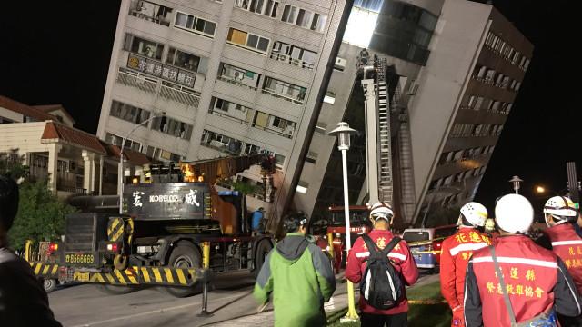 Sismo em Taiwan faz pelo menos dois mortos e mais de 100 feridos