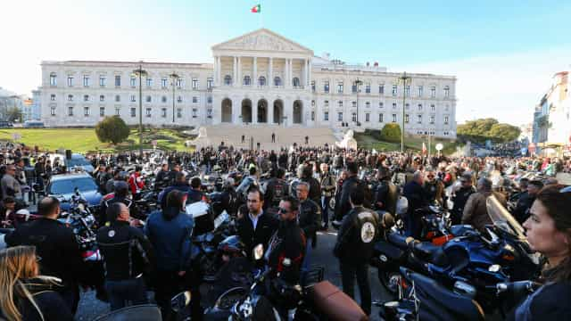 Motociclistas entregam manifesto no Parlamento e recebem apoio do PCP