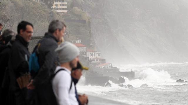 Previsões apontam para ondas até 11 metros na Madeira