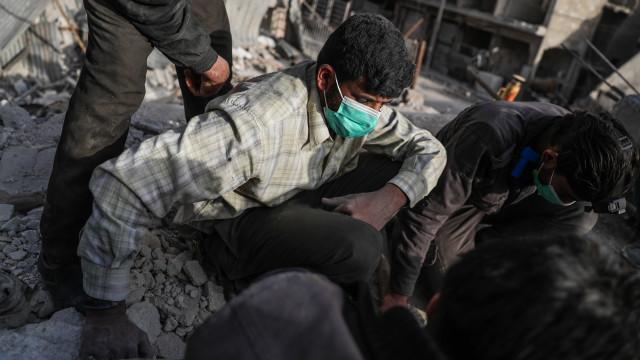 Organizações referem casos de asfixia após bombardeamentos contra Ghouta