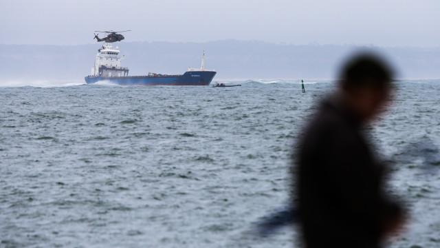 Bugio: Trabalhos para desencalhar navio só dependem das condições do mar