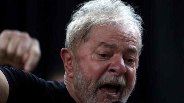 """Prisão """"é absurda"""", diz Lula que ainda não decidiu se vai entregar-se"""