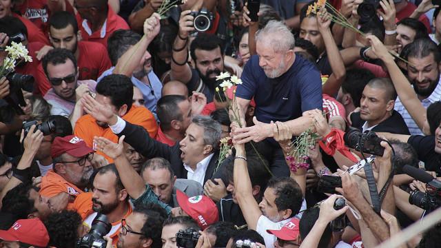 Apoiantes de Lula impedem-no de se entregar à polícia