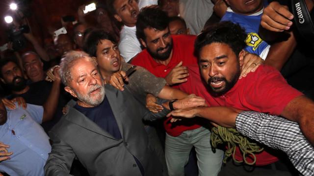 PT reafirma Lula como líder e muda provisoriamente sede para Curitiba