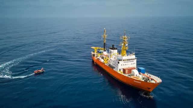 """Aquarius continua em alto mar. Itália e Malta mantêm """"braço-de-ferro"""""""