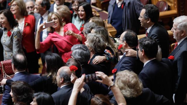 Deputados do PS cantam a 'Grândola Vila Morena' no Parlamento