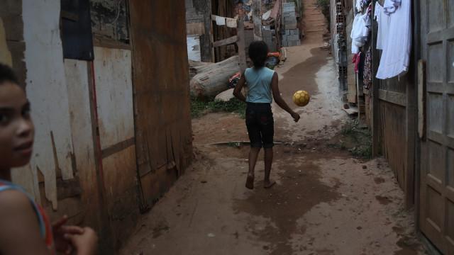 Seis em cada 10 crianças e adolescentes brasileiros vivem na pobreza