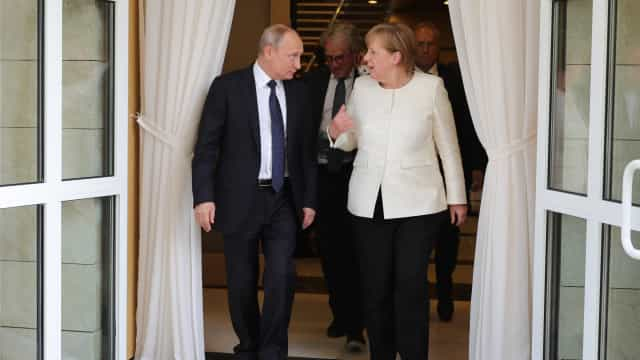 Merkel recebe hoje Putin para falar de Síria, Ucrânia, Irão e economia