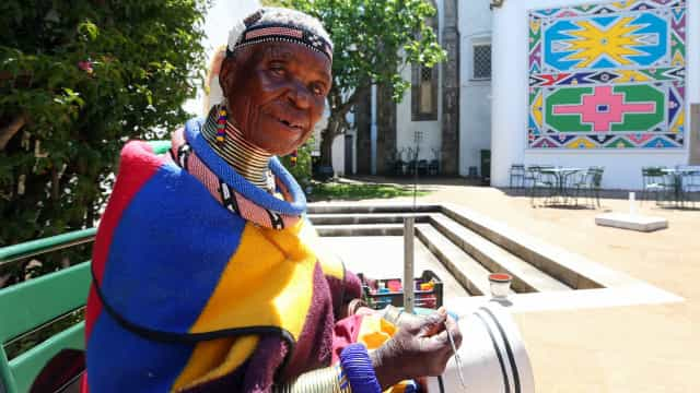 Artista sul-africana Esther Mahlangu cria mural em Évora