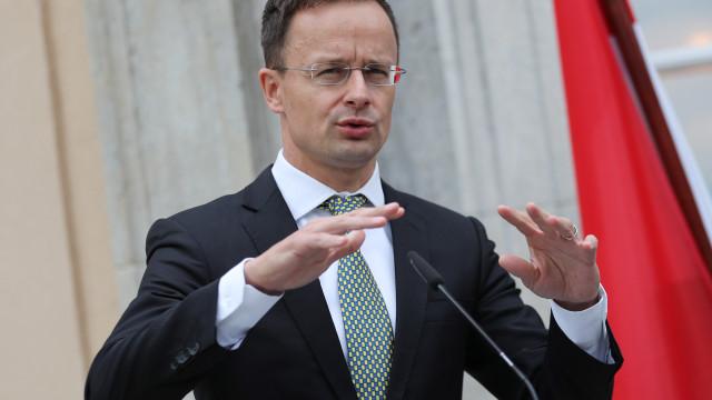 """Alemanha acusa Trump de """"destruir a confiança"""" com 'tweet' sobre cimeira"""