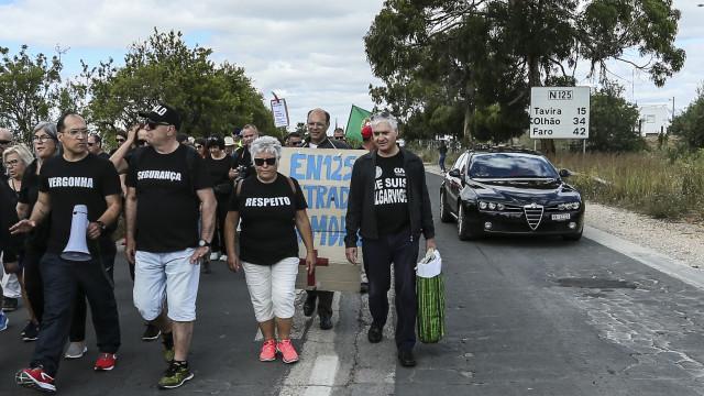 Cerca de 100 pessoas em protesto na EN125 contra degradação da via