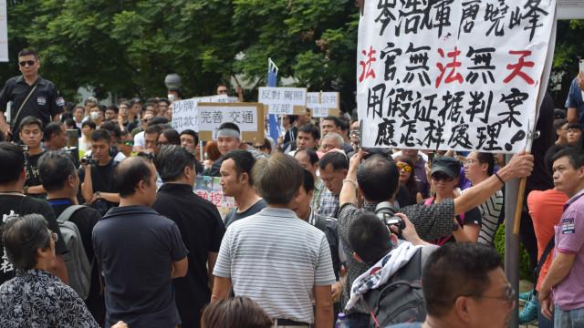 Centenas protestam em Macau contra aumento das multas de estacionamento