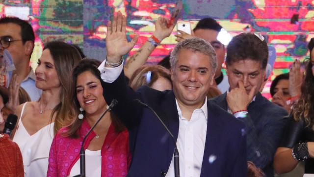"""Novo presidente anuncia """"correções"""" no acordo de paz com ex-guerrilha"""