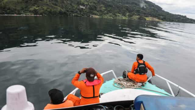 Perto de 200 desparecidos em naufrágio na Indonésia