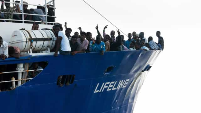 """Navio de ONG diz a ministro italiano que leva """"seres humanos a bordo"""""""