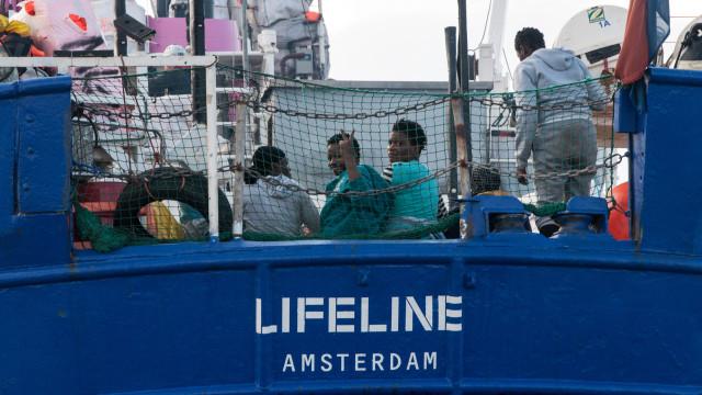 Situação dos passageiros a bordo do Lifeline agrava-se com o mau tempo
