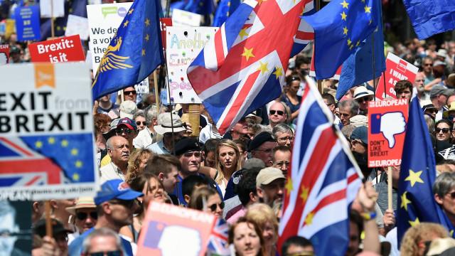Milhares de manifestantes em Londres pedem segundo referendo ao 'Brexit'