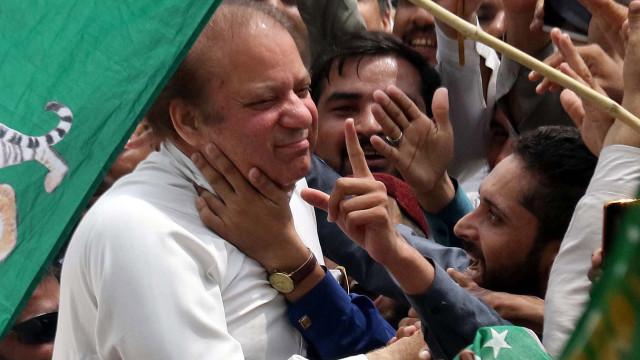 Ex-primeiro-ministro paquistanês detido e impedido de receber médico