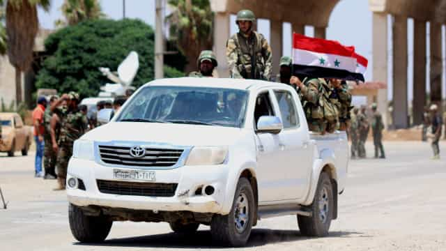 Rebeldes e civis retirados da cidade de Deraa em autocarros