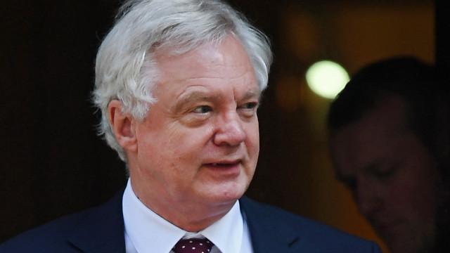 Demite-se ministro responsável pela saída do Reino Unido da UE