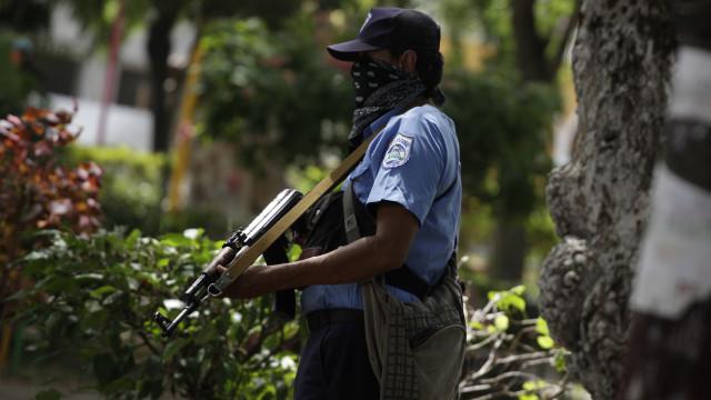 Padres, jornalistas e estudantes feridos cercados em igreja de Manágua