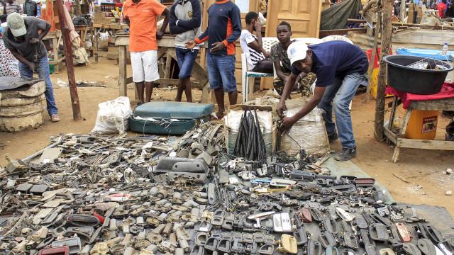 Nesta praça de Luanda, a regra é não perguntar de onde vêm as peças