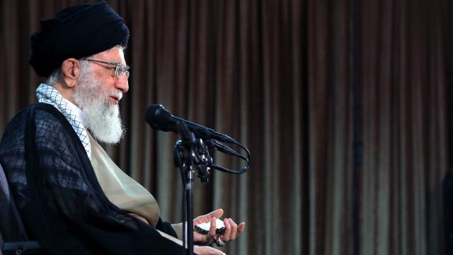 """Irão pede ações """"rápidas e justas"""" para enfrentar """"guerra económica"""""""