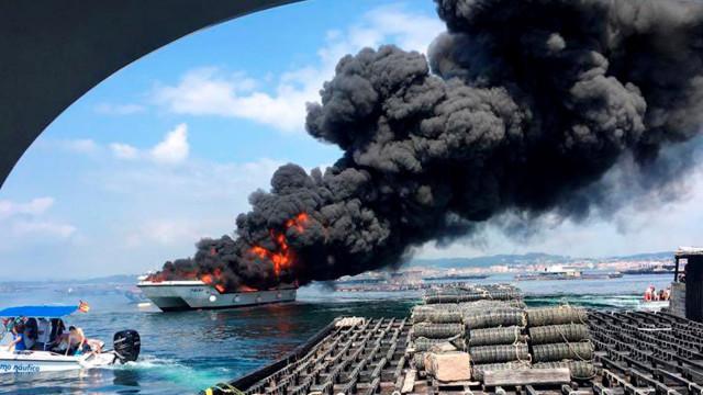 Dois portugueses feridos no incêndio em catamarã na Galiza
