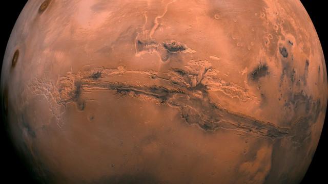 Marte teve lagos que transbordaram e levaram à formação de desfiladeiros