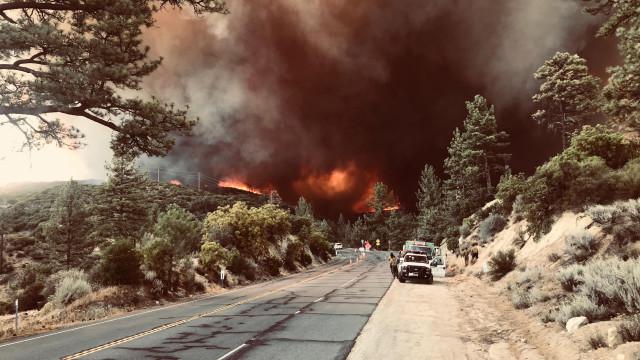 Fogos na Califórnia mobilizam 12 mil bombeiros e causam 50 mil deslocados